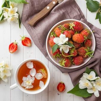 Morangos frescos e chá com flores de jasmim