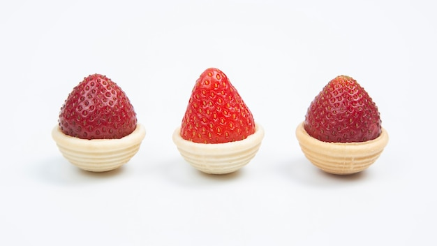Morangos frescos em cestas de waffle em branco