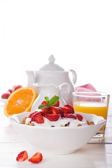 Morangos frescos, iogurte e granola caseira