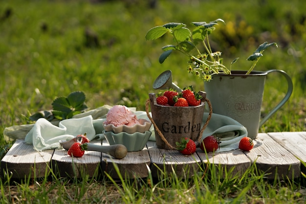 Morangos frescos na cesta bonita do vintage.