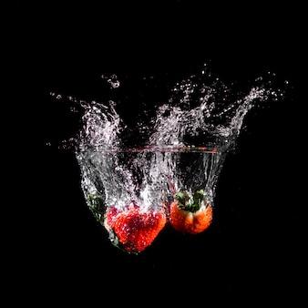 Morangos mergulhando na água