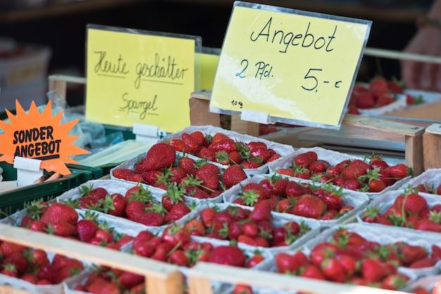 Morangos naturais em caixas em um mercado de agricultores