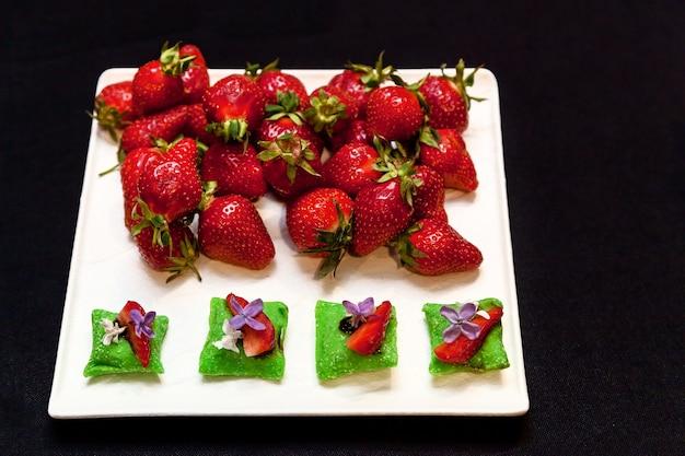 Morangos picados e inteiros para decoração prato de banquete para eventos e buffets catering