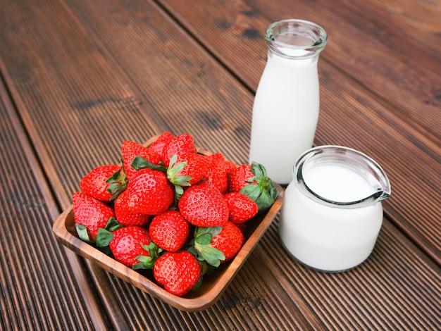 Morangos saborosos frescos com leite