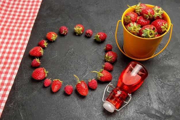 Morangos vermelhos frescos na mesa escura, vista de cima, frutas vermelhas framboesa