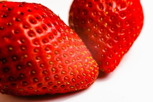 Morangos vermelhos muito doces frescos, fruta do verão