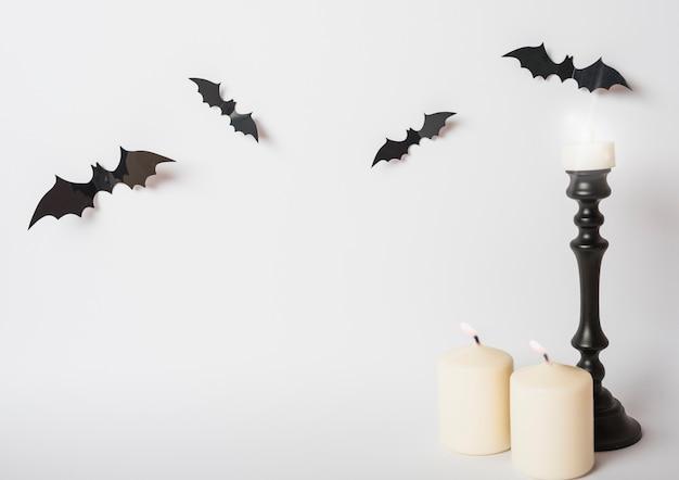 Morcegos e velas flamejantes