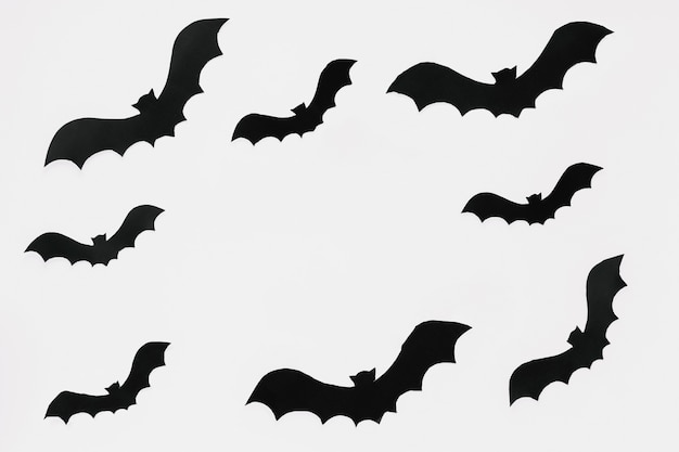 Morcegos escuros recortados em papel