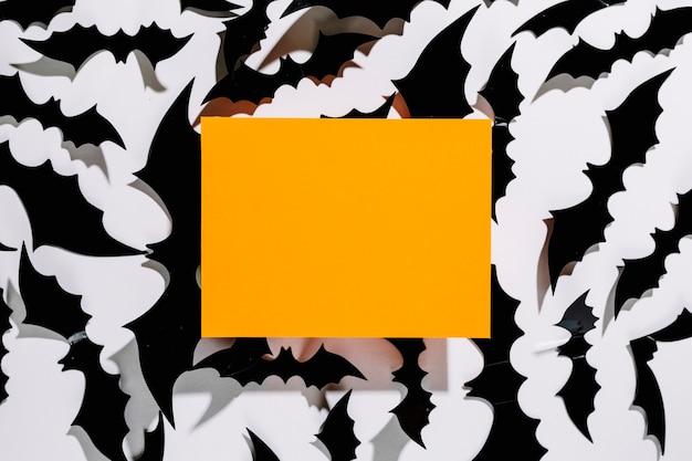 Morcegos negros de halloween com pedaço de papel laranja