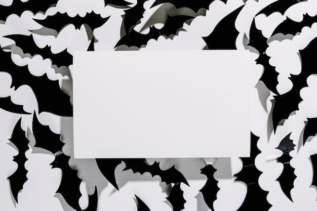 Morcegos negros de halloween com pedaço de papel