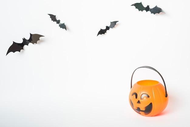Morcegos perto de balde de doce ou travessura