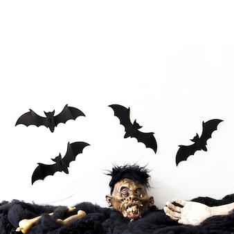 Morcegos voando sobre partes do corpo morto