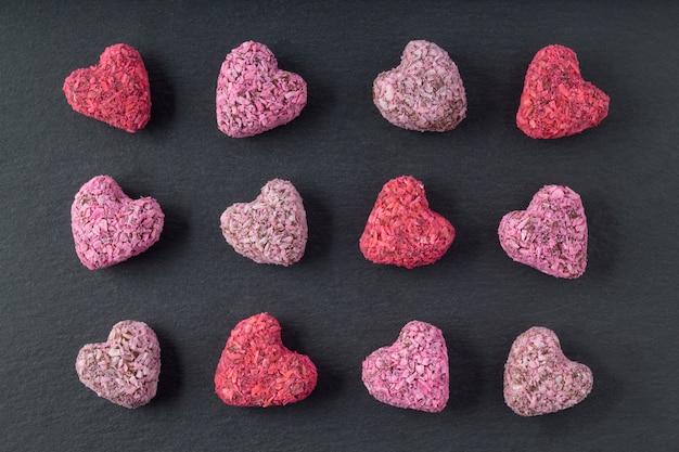 Mordidas de energia em forma de coração para dia dos namorados na placa de ardósia, plana leigos