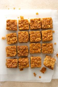 Mordidas energéticas, lanches saudáveis de fudges de aveia, biscoitos quadrados, vista de cima