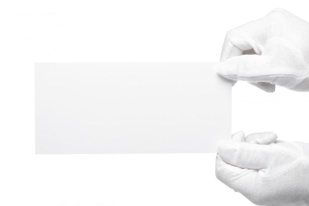 Mordomo mão segurando a nota em branco