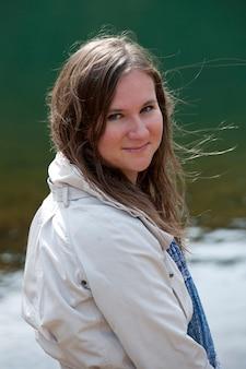 Morena adolescente olhando para a câmera na localização na islândia