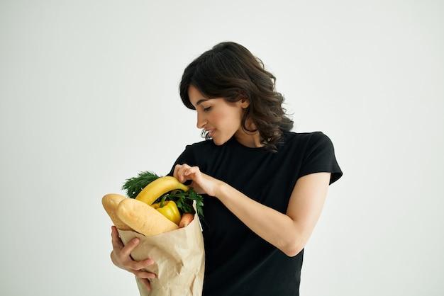 Morena alegre comprando mantimentos na loja de alimentos saudáveis