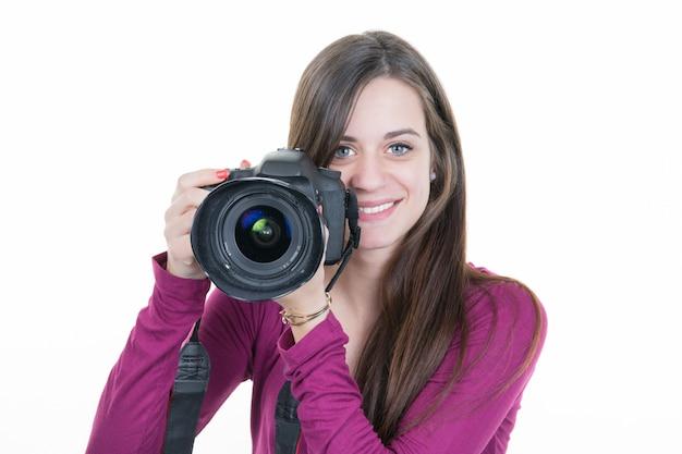 Morena atraente aponta sua câmera. compondo uma fotografia