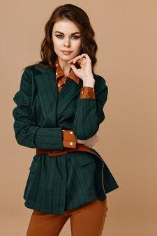Morena atraente cosméticos moda estilo moderno terno bege