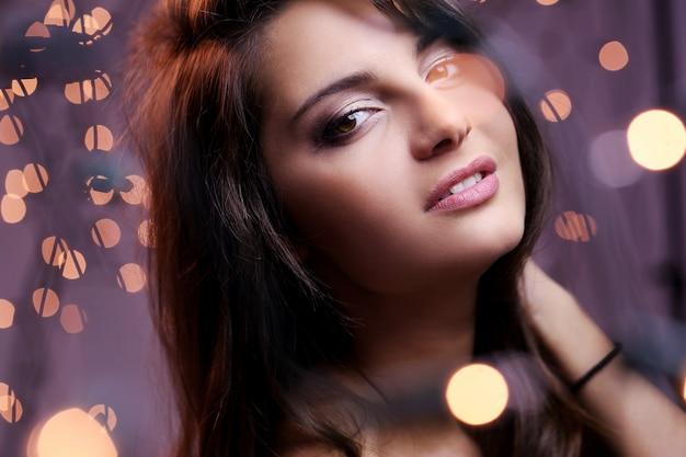 Morena atraente e elegante, com olhos castanhos