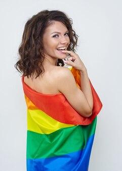 Morena atraente posando com a bandeira do lgbt