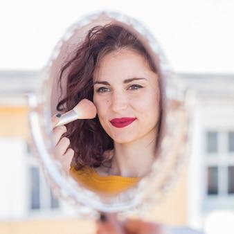 Morena blogueira fazendo ela se maquiar