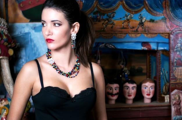 Morena bonita e charmosa em estilo siciliano
