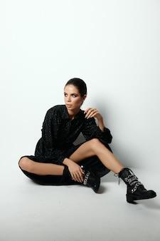 Morena bonita posando de estilo moderno de glamour da moda. foto de alta qualidade