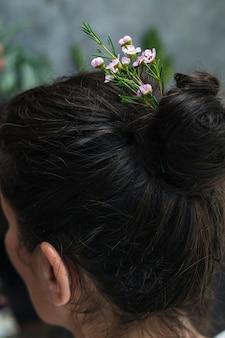 Morena com flores no cabelo