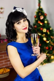 Morena com uma taça de champanhe para o natal.