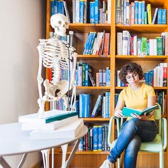 Morena curly estudando livro