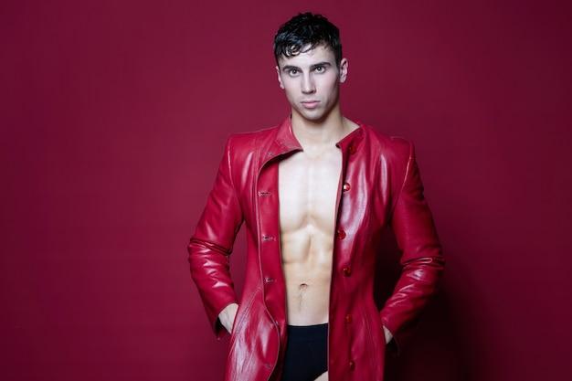 Morena de atleta masculino com um casaco de couro em um vermelho