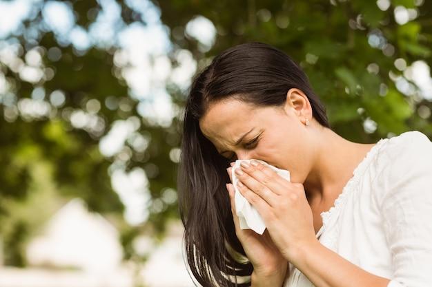 Morena doente soprando o nariz