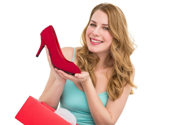 Morena elegante admirando um sapato