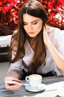 Morena encantadora com cabelos longos e brilhantes