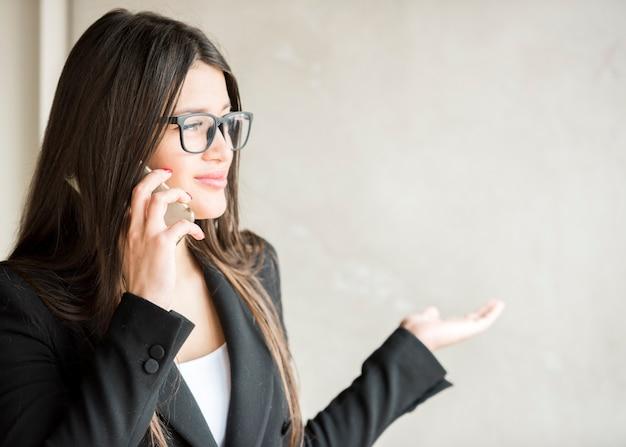 Morena, executiva, chamando, por, telefone móvel