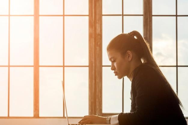 Morena, executiva, trabalhando, em, dela, escritório