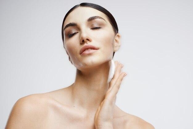 Morena facial cuidados rejuvenescimento luz de fundo. foto de alta qualidade