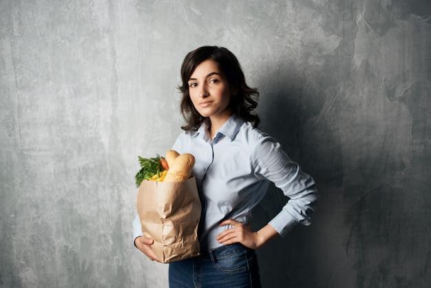 Morena fofa de supermercado entrega de comida em sacola