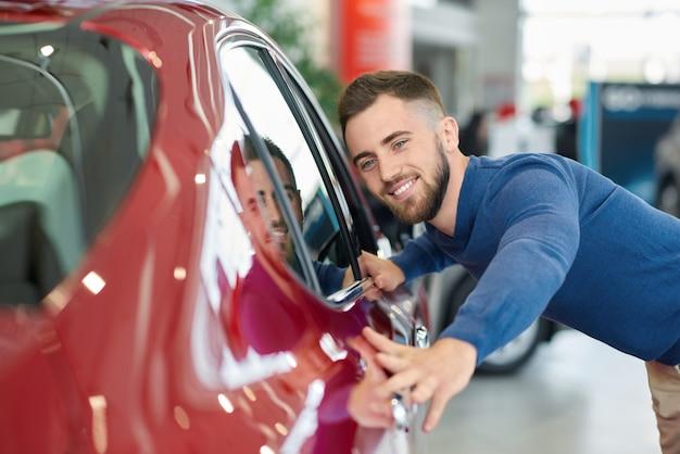 Morena homem com barba, chegando ao salão e escolher auto.