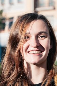 Morena jovem curtindo dia de sol maquiagem natural sorriso genuíno linda aparência limpa pele perfeita
