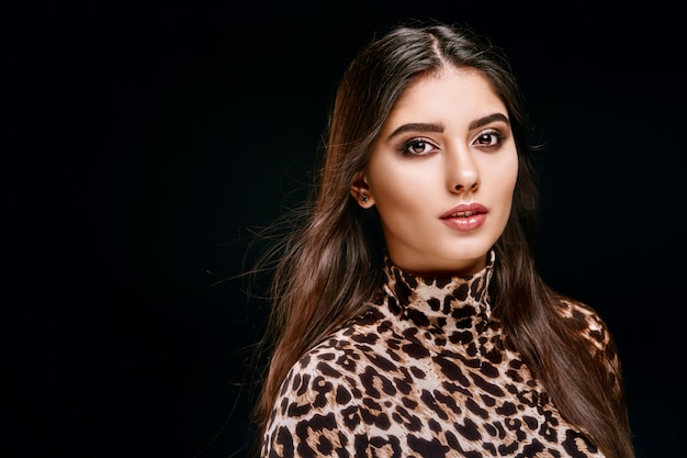 Morena jovem sensual na camisa de leopardo