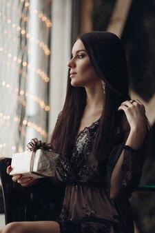 Morena linda em um vestido atado com maquiagem