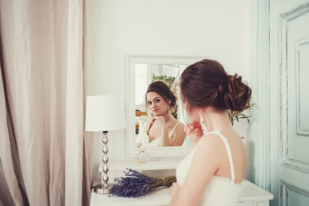 Morena linda noiva sentada no espelho