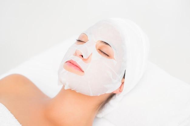 Morena linda recebendo tratamento facial