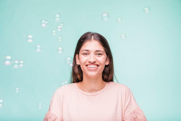 Morena modelo com bolhas