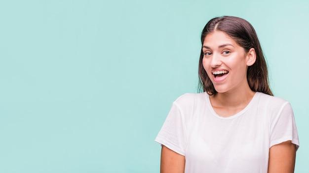 Morena modelo posando com t-shirt branca
