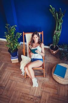 Morena mulher lendo o livro.