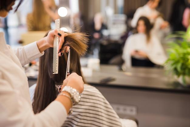Morena, mulher, obtendo, dela, corte cabelo