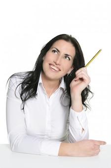 Morena mulher pensando com lápis